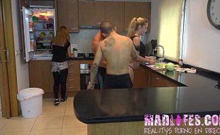 Participantes do reality show espanhol fazendo sexo na cozinha