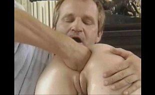 Testando dildos gigantes no cú da esposa
