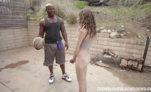 Professor de basquete destruindo novinha com seu pau enorme