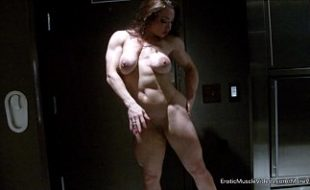 Mulher fisiculturista exibindo seu corpo musculoso e sensualizando no chuveiro