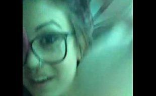 Novinha magrinha fazendo strip na webcam