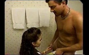 Irmão é pego filmando escondido no banheiro e acaba ganhando uma bronha da irmã