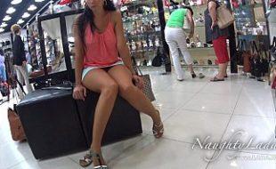 Morena safada exibindo a bunda e a buceta no shopping