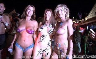 Fazendo nudismo em público