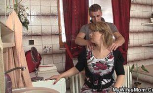 Safadão pegando a sogra no banheiro e a filha pega os 2 no flagra
