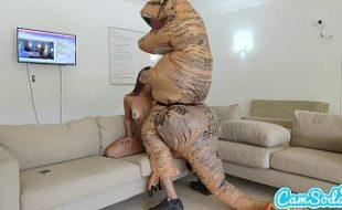 Morena rabuda fodendo com seu amigo dinossauro