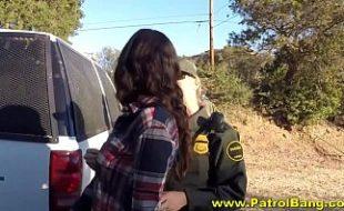 Vadia fazendo fodendo com um casal de policiais