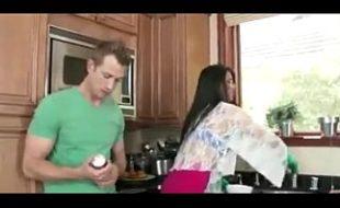 Ajudando a madrasta gostosa na cozinha