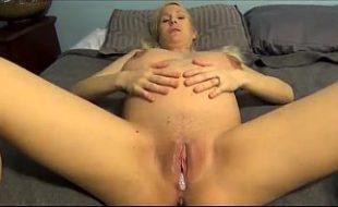 Loira grávida sentando na rola e gozando dentro