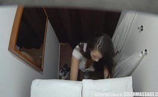 Adolescente Vadia vai para massagem e exibe sua bucetinha cheia de tesão e safadão mete a pica na novinha