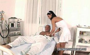 Enfermeira safadinha repando gostoso com paciente de pau duro