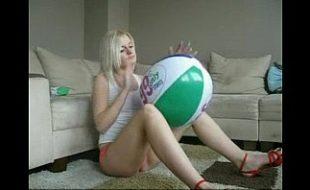 Loirinha Senta na Bola e masturba seu grelinho