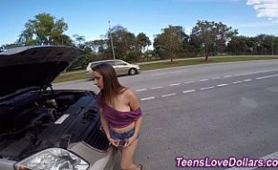 Carro da  novinha gostosa quebra na estrada e borracheiro machão fode a safadinha dentro do carro