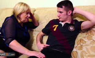 Coroa tarada convence novinho a foder com ela no sofá da sala