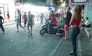 Gostosas deixam homens de pau duro com seus corpos na rua