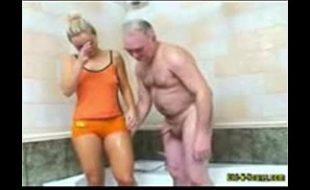Incesto Sexo entre Pai e Filha  no banho