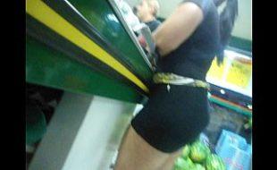 Muito Tesuda morena de saia no Mercado