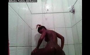 Mulata no banheiro peladinha