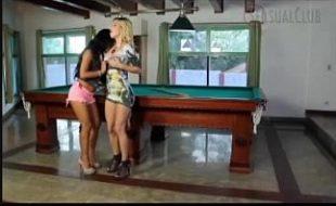 Duas lésbicas fodendo com tesão na mesa de sinuca