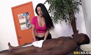 Gostosas massagistas se empolgam e chupam a pica do cliente