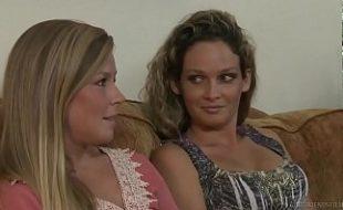 Lésbicas safadinhas brincando de se masturbar no sofá da sala