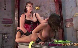 Lésbicas sadomasoquistas mostrando como se divertir muito