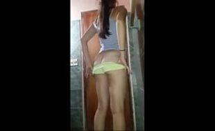 Ninfeta de 18 anos tirando a roupa e se exibindo na web cam