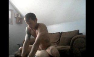Casal amador filmando uma foda no sofá da sala
