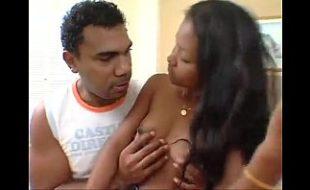 Mulata vadia rebolando na pica do marido
