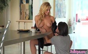 Amigas lésbicas safadinhas trepando na mesa do café