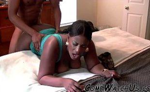 Empregada safada liberando a buceta para o patrão de 4 na beira da cama