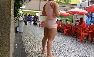 Filmando Cavala Gostosa de shortinho sem calcinha na rua