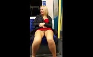 Filmando coroa gostosa de saia sem calcinha no metro