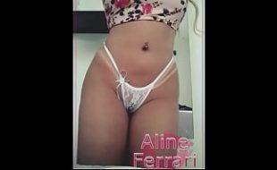 Garota de programa linda e deliciosa exibindo seu corpão com marquinha de biquini peladinha na cam
