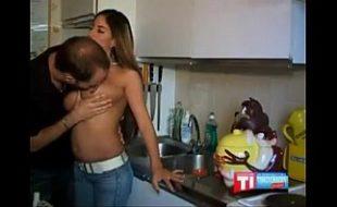Maridão socando a piroca na esposa de 4  na cozinha